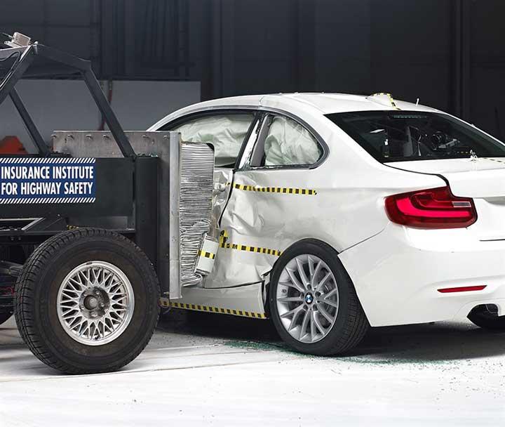 Краш-тест купе BMW 2 Серии - боковой удар