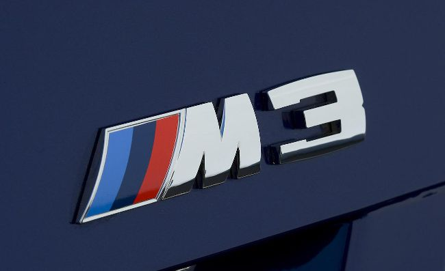 Эмблема М3 украшающая модельный ряд популярных спортивных авто