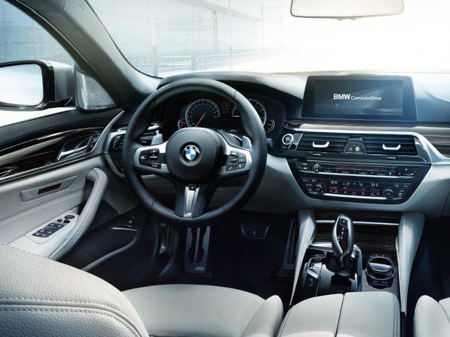 Торпедо-BMW-G30-5-Series-2017