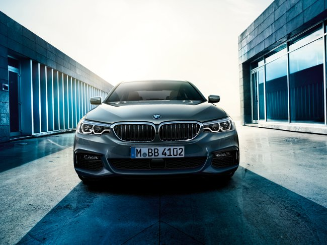 BMW-G30-5-Series-2017-вид-спереди