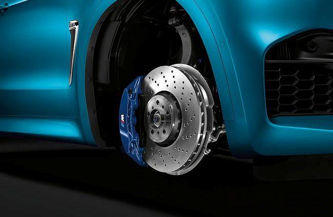 Мощные тормоза с фиксированными 6-поршневыми суппортами на BMW X6M F86
