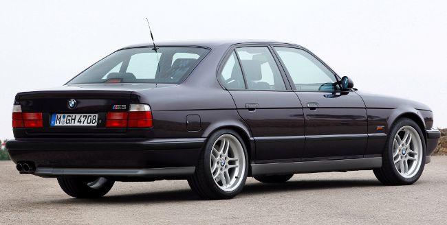 Фото легендарного BMW M5 E34